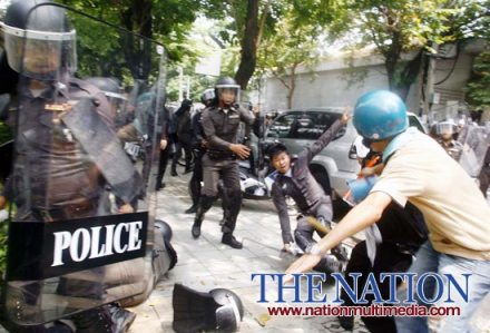 bangkok riot police clash with protesters - Thailand Today - Political Problems